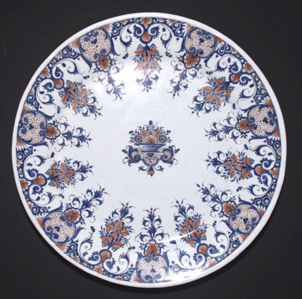 ROUEN - Assiette à décor rayonnant vers 1710
